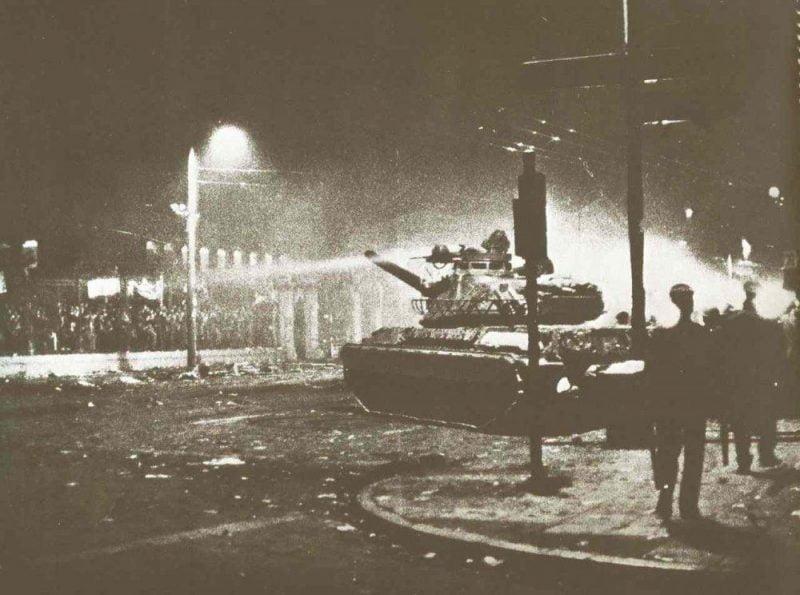 17-noemvri-1973-isvoli-tou-tank-tis-chountas-sto-polytechnio