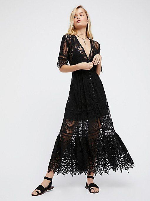5d8a0199d32d 9)Για πιο ρομαντική διάθεση προτίμησε μαύρο φόρεμα με διαφάνειες και  δαντέλες. Ολοκλήρωσε την εμφάνισή σου με ωραίες πλεξίδες και διακριτικά  αξεσουάρ.
