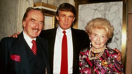Netflix.com- Το τελευταίο επεισόδιο της σειράς είναι αφιερωμένο στο φαινόμενο Trump. Εδώ ο Πρόεδρος των Η.Π.Α. με τους γονείς του.