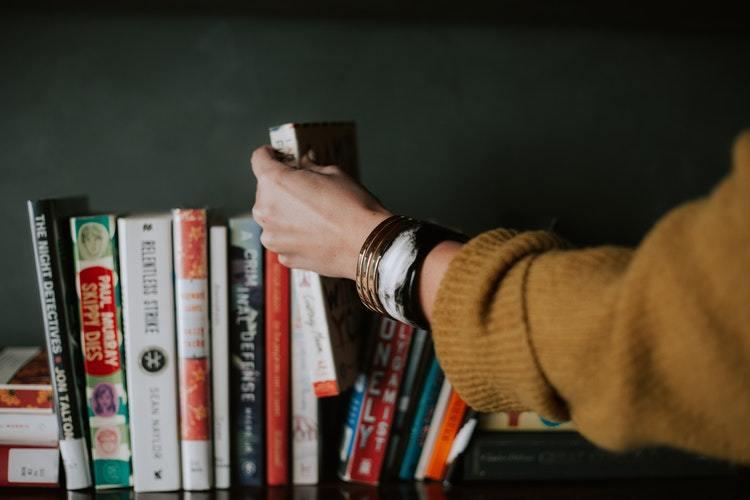 """Εσύ πέφτεις στην παγίδα των """"φθηνών"""" βιβλίων; 8 τρόποι να διαλέγεις βιβλία"""