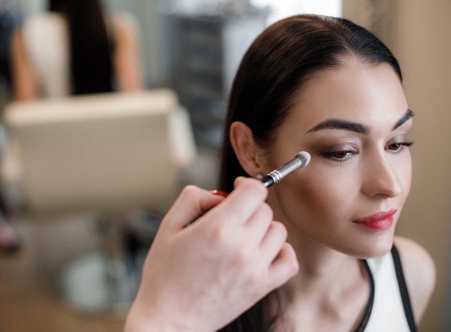 εφαρμογή βάσης ματιών σταθερό μακιγιάζ