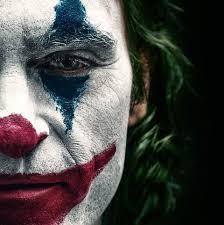 """Επέλεξα την φωτογραφία που απεικονίζει την φετινή ταινία """"Joker"""" , επειδή πιστεύω πως και οι δύο ήρωες έχουν ένα κοινό – δεν αντέχουν την αθλιότητα της κοινωνίας στην οποία ζουν, προβληματίζονται και αποφασίζουν να το αντιμετωπίσουν, ο καθένας με τον δικό του ιδιαίτερο τρόπο…"""