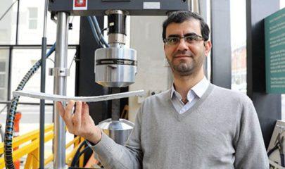 Dr Behzad Nematollahi με ένα δείγμα του νέου σκυροδέματος που αναπτύχθηκε στο Swinburne. Credit: Πανεπιστήμιο Swinburne