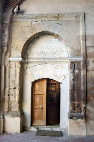 Πύλη με επιγραφή στα κυριλλικά