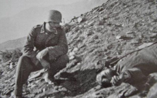 Πηγή εικόνας: Enikos.gr | Ο Δημήτριος Ίτσιος νεκρός σε φωτογραφία με Γερμανό στρατιώτη