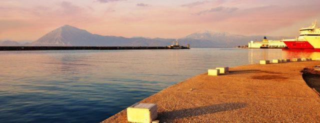 λιμάνι, καφέ στο χέρι