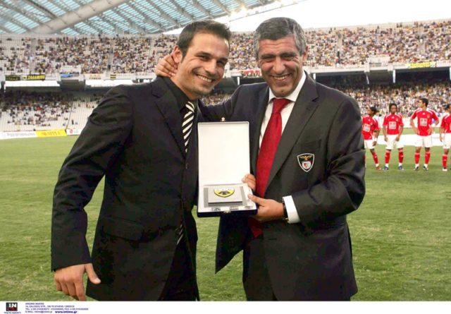 Πηγή φωτογραφίας: www.aekfc.gr | Ο Ντέμης Νικολαΐδης και ο Πορτογάλος προπονητής Φερνάντο Σάντος, σπουδαίες μορφές της ΑΕΚ.