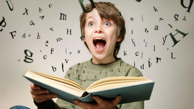 Παιδί που διαβάζει βιβλίο
