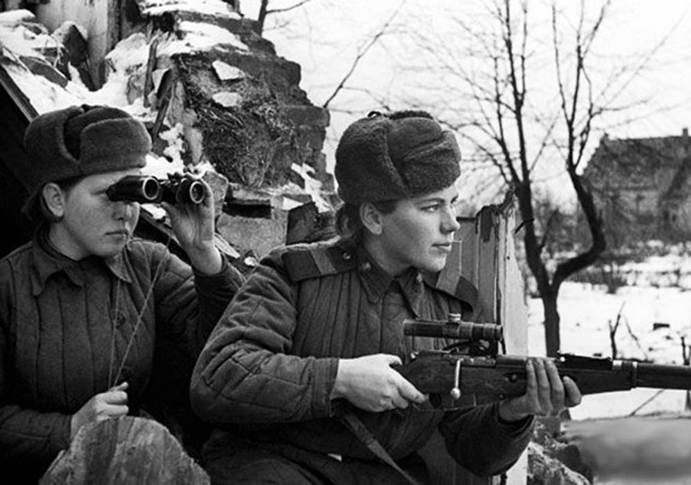 Πηγή εικόνας: theparisreview.org | Μαχήτριες του Σοβιετικού στρατού στον Μεγάλο Πατριωτικό Πόλεμο.
