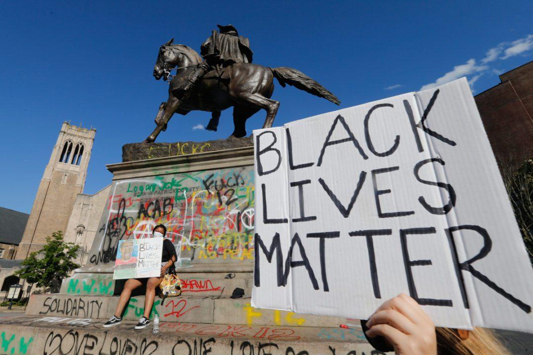 Γκρεμίζοντας το ρατσισμό;