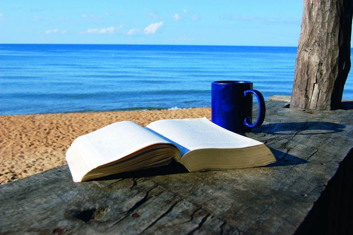 διάβασμα στην παραλία
