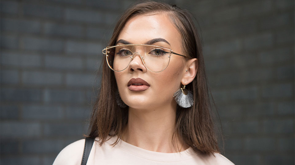 γυαλιά και μακιγιάζ