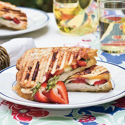 club sandwich με φρούτα , πρωινό στο Lockdown