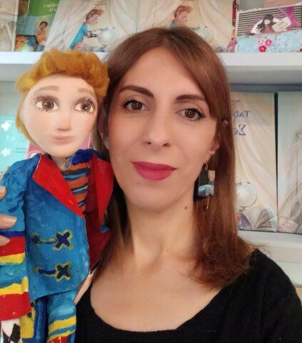 """Μαρία Παπαγεωργίου με τον μικρό ήρωα του παραμυθιού της, """"Ταξίδι με τον Σεβάχ"""""""