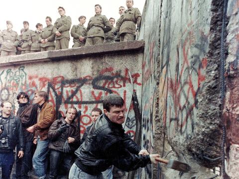 πολίτες της Γερμανίας γκρεμίζουν με σφυριά το τείχος