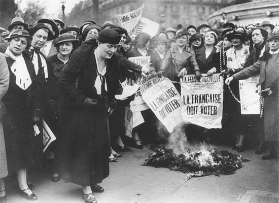 Η Louise Weiss μαζί με άλλες σουφραζέτες το 1935. Το τολμηρό κείμενο στην εφημερίδα γράφει: Η ΓΑΛΛΙΔΑ ΠΡΕΠΕΙ ΝΑ ΨΗΦΙΖΕΙ. Φεμινισμός πρώτου κύματος
