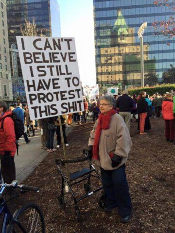 αγανακτισμένη διαδηλώτρια-φεμινισμός