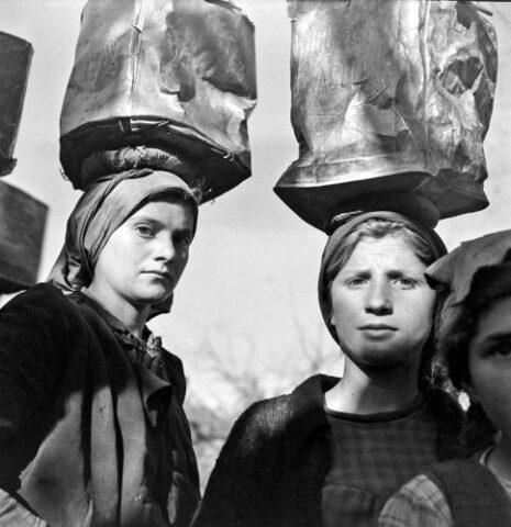 γυναίκες κουβαλούν πέτρες- φωτογράφος κατοχής