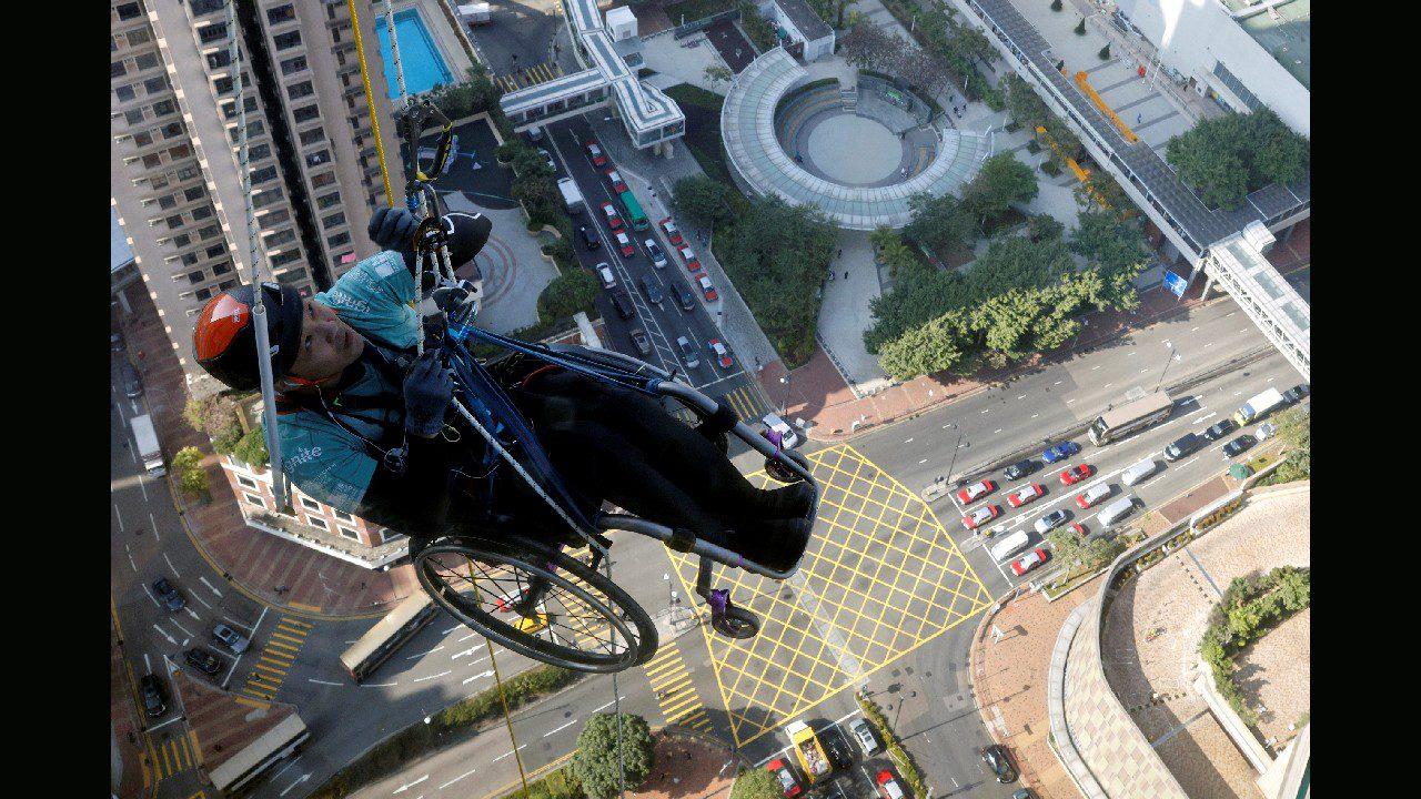 Ορειβάτης αναρριχήθηκε σε ουρανοξύστη στο Χονγκ Κονγκ με το αναπηρικό του αμαξίδιο