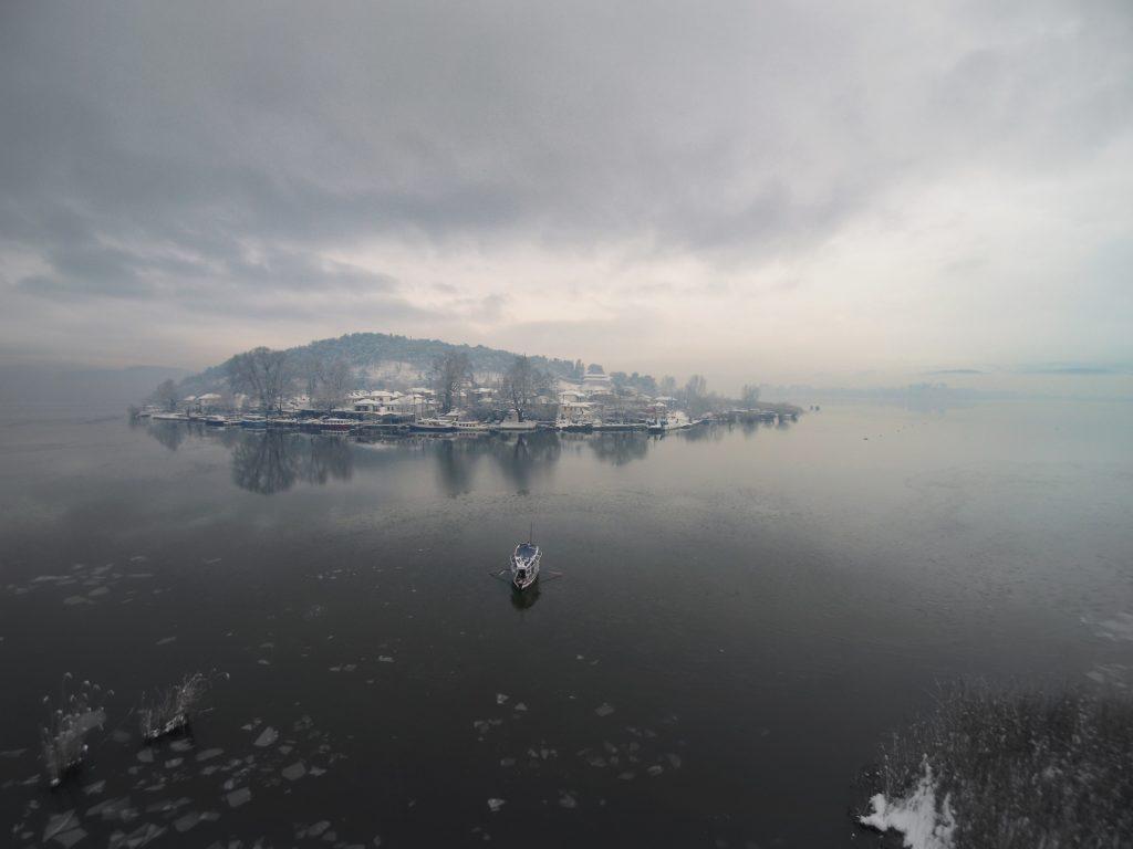 Η Λίμνη Παμβώτιδα αγκαλιάζει την μικρή πόλη των Ιωαννίνων