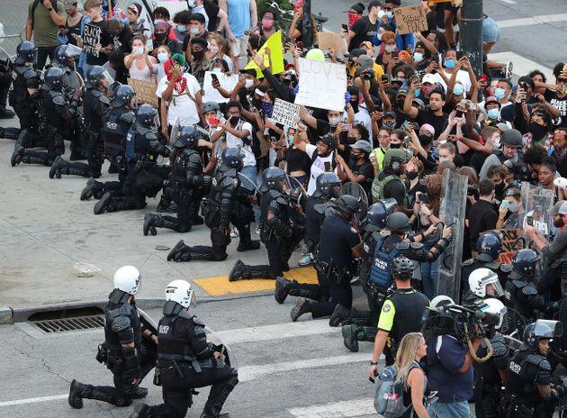 αστυνομικοί υπέρ διαδηλωτών