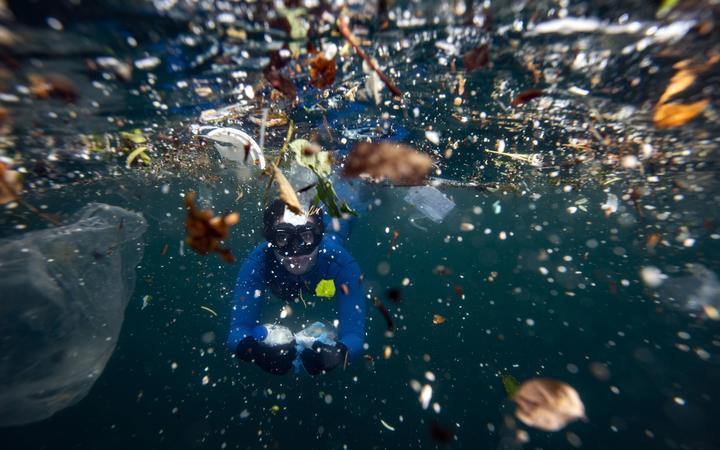 θάλασσα γεμάτη σκουπίδια