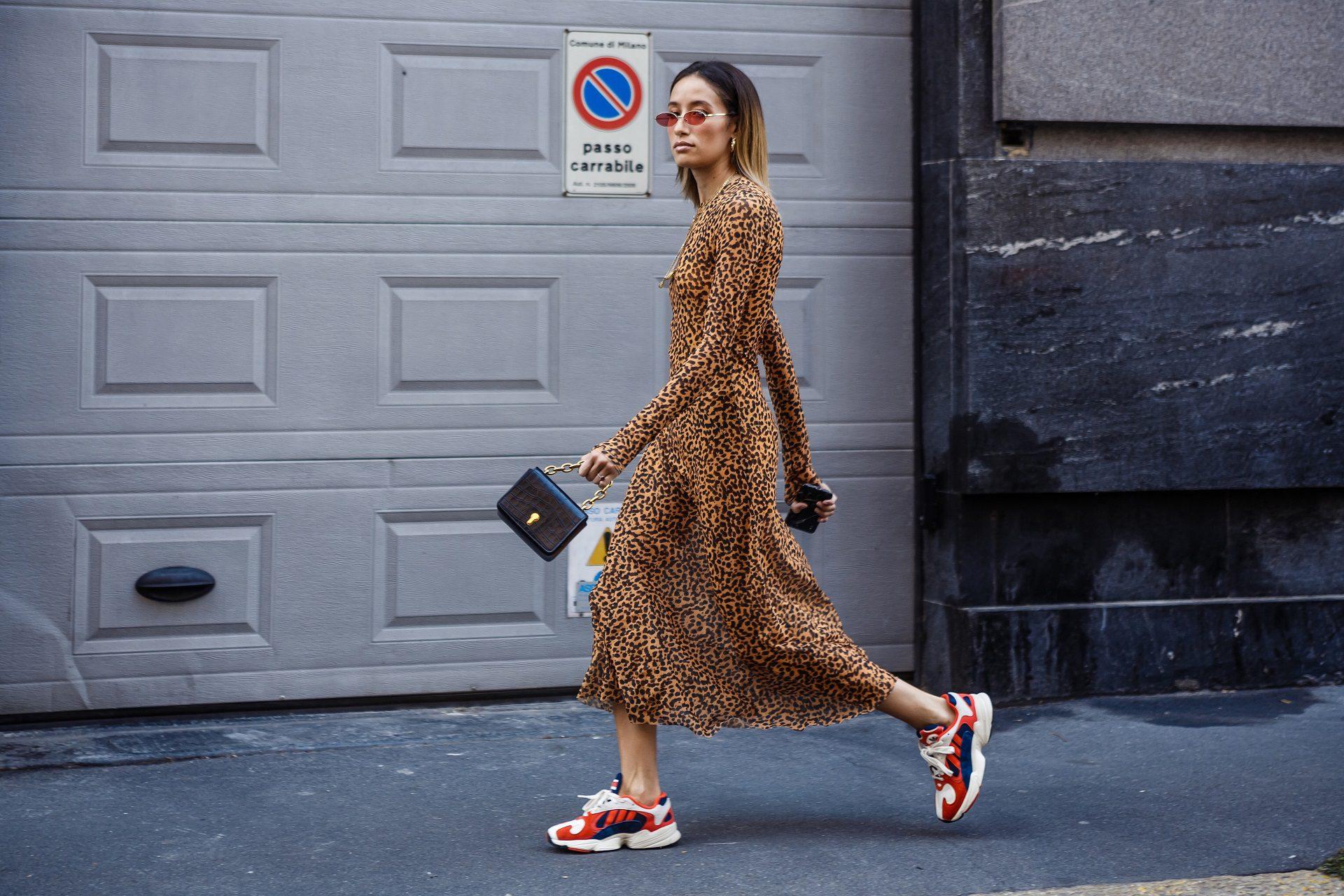 Φόρεμα με sneakers
