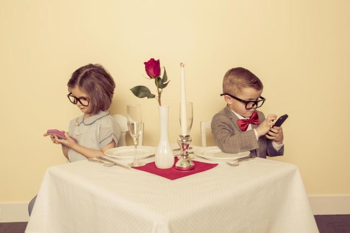 Phubbing: το κινητό γίνεται η προέκταση του χεριού μας