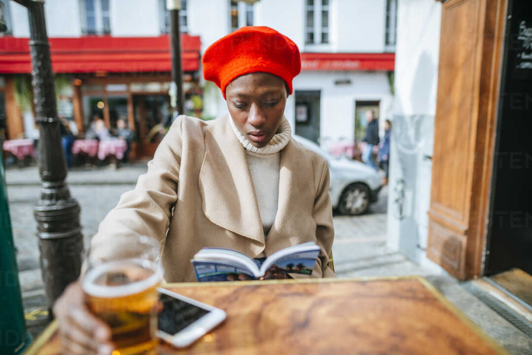 Solo ταξίδια στο Παρίσι παρέα με ένα βιβλία