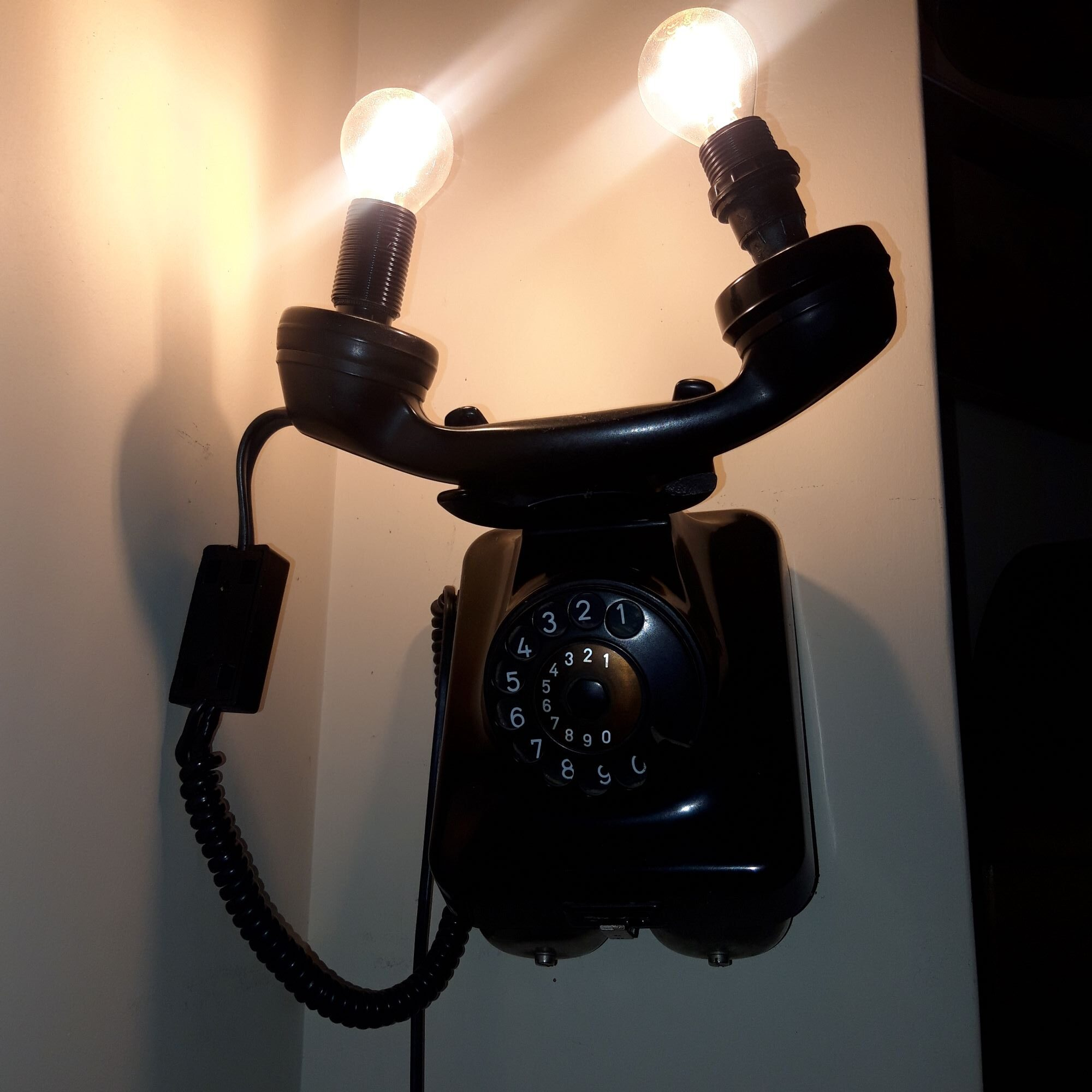 DIY φωτιστικό από παλιό τηλέφωνο