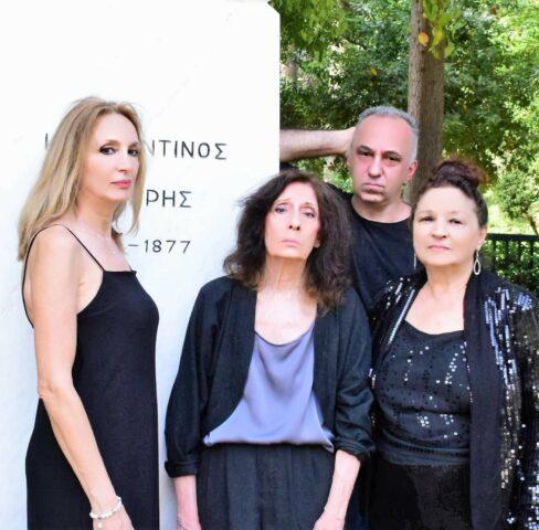 Τέσσερις ηθοποιοί της παράστασης ποζάρουν για το δελτίο τύπου σε ένα άγαλμα εξωτερικού τοπίου. «Όταν ο Ρήγας συνάντησε τον Μότσαρτ» του Γιάννη Σολδάτου
