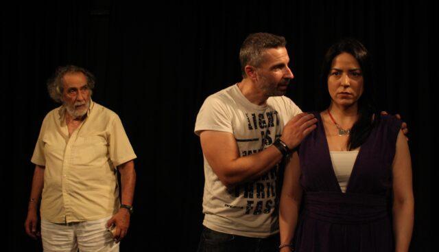 Τρείς ηθοποιοί σε πρόβα που ποζάρουν για το δελτίο τύπου της παράστασης.