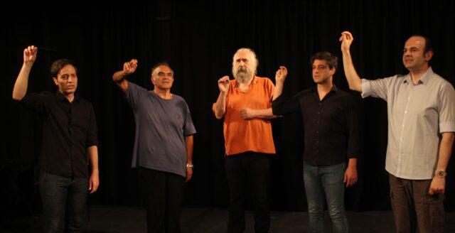 """Πέντε άντρες ηθοποιοί σε πρόβα που ποζάρουν για το δελτίο τύπου της παράστασης """"Καραϊσκάκης: Ὁ παρεξηγημένος ἥρωας"""" για το Θέατρο Πέτρας."""