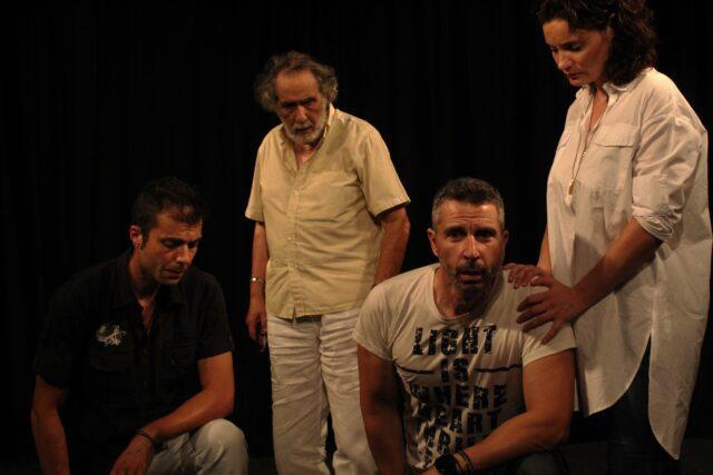 Τέσσερις (τρείς άντρες και μία γυναίκα) ηθοποιοί σε πρόβα που ποζάρουν για το δελτίο τύπου της παράστασης