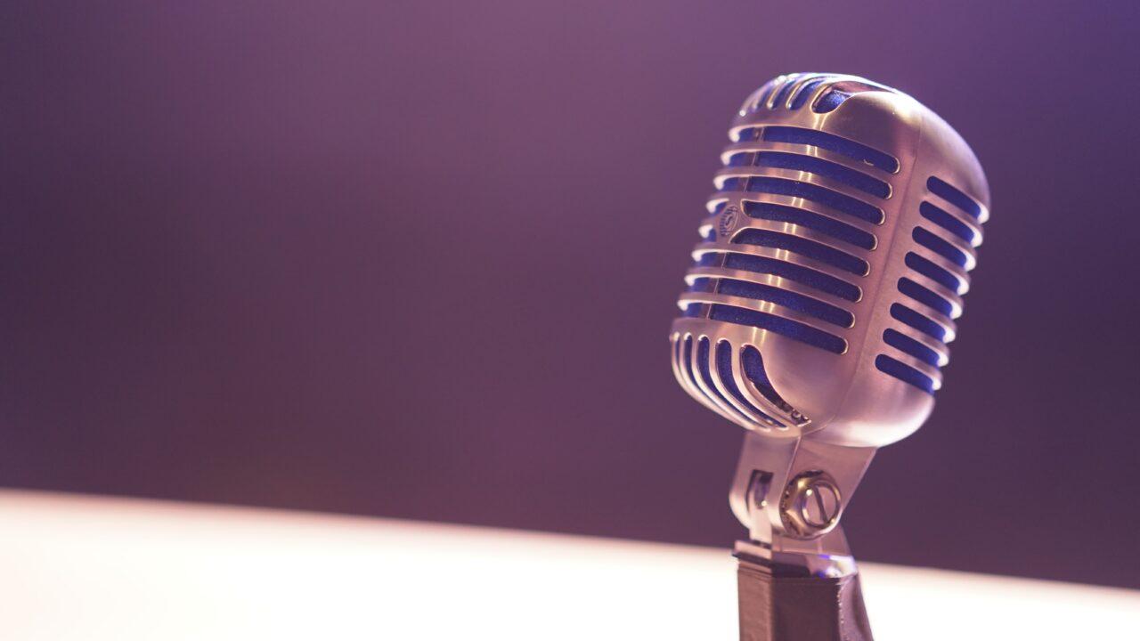 Φωτογραφία που απεικονίζει ένα μικρόφωνο.