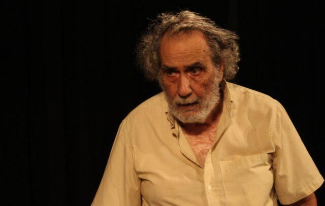 Ένας άντρας ηθοποιός σε πρόβα που ποζάρει για το δελτίο τύπου της παράστασης Καραϊσκάκης: Ὁ παρεξηγημένος ἥρωας. Ο ηθοποιός αυτός είναι ο πρωταγωνιστής.