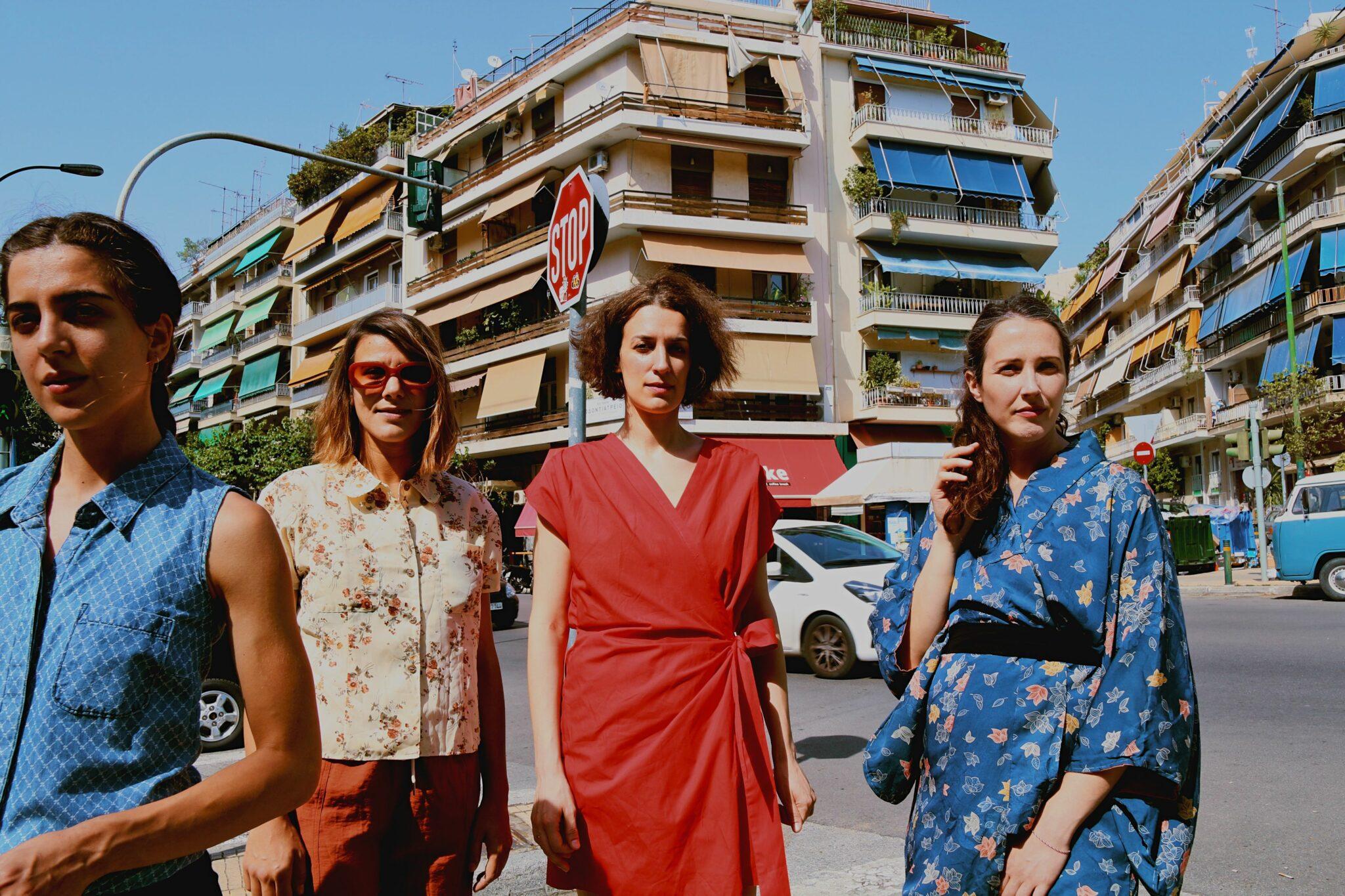 Τέσσερις γυναίκες σε αστικό τοπίο της Αθήνας ποζάρουν για το δελτίο τύπου. Οι γυναίκες είναι οι ηθοποιοί της παράστασης και η μία (Κωνσταντίνα Βούλγαρη) είναι η σκηνοθέτις.«Κάτω από την άσφαλτο υπάρχει παραλία» της Κωνσταντίνας Βούλγαρη