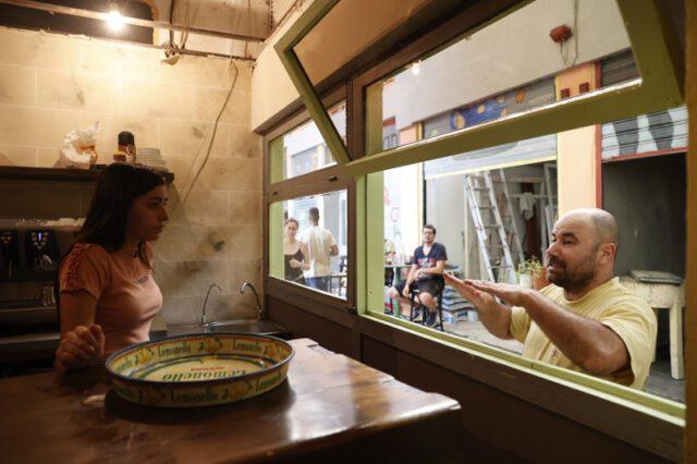 Ένα διαφορετικό από τα συνηθισμένα καφέ-μπαρ έχει ανοίξει τις πόρτες του σε μια στοά της Θεσσαλονίκης.