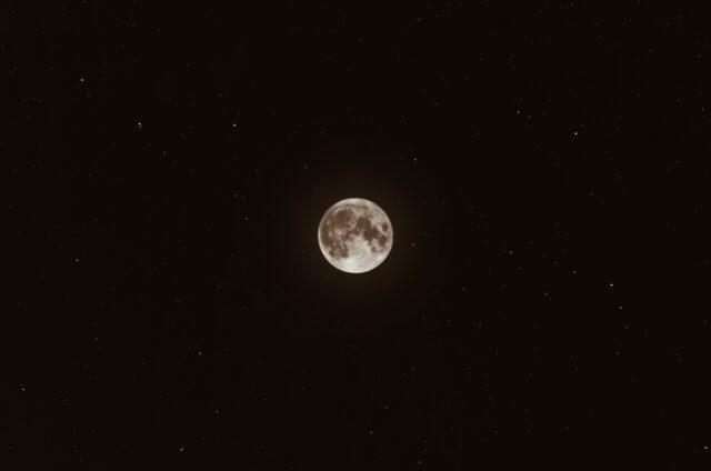 Πώς έχει εμπνεύσει το φεγγάρι τους ανθρώπους και την τέχνη