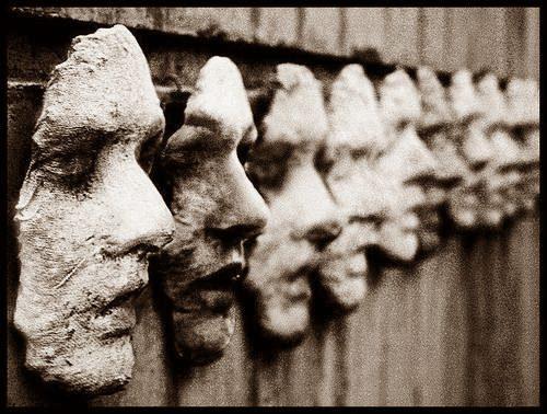 Όλοι μας φοράμε μάσκες πηγή: measurelesseons.wordpress.com